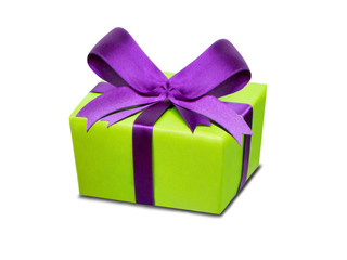 Geschenk mit großer Schleife vor weißem Hintergrund