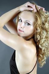 Twen mit blonden Locken im Portrait