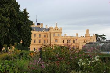Schlossgarten und Schloss in Lednice in Südmähren (Tschechien)