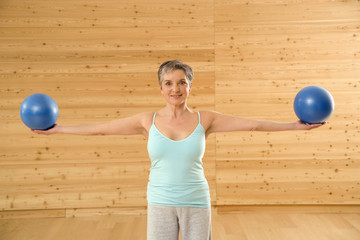 Ältere Frau mit Gymnastikball,Portrait