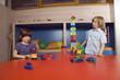 Boy (8-9) und Mädchen ( 6-7) spielen Bausteine ??,Portrait