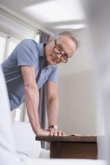 Älterer Mann,der durch die Tabelle,Portrait