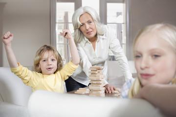 Großmutter mit Enkelkindern spielen (8-9),Portrait