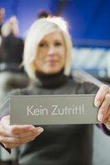 Deutschland,Geschäftsfrau,Verbotsschild,Menschen im Hintergrund