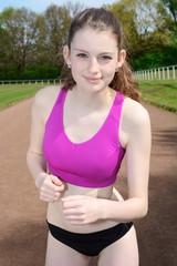 Sportlerin beim Lauf-Training auf Sportplatz