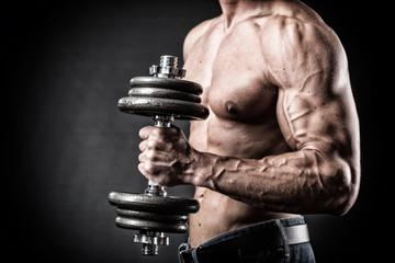 Muskulöser Oberarm mit Hantel