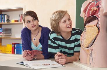 Deutschland,Emmering,Mädchen mit Herz Modell