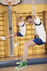Mädchen hängen von Turnringe