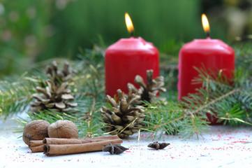 bâtons de cannelle et  bougies