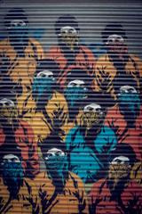 Graffiti sur une porte métal