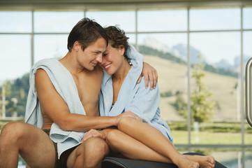 Italien,Südtirol,Paar auf Liegestühlen im Hotel Urthaler