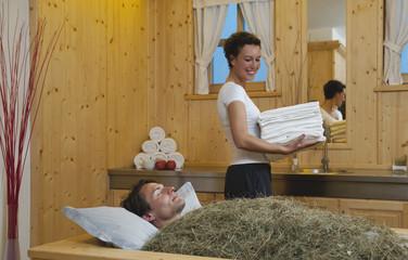 Italien,Südtirol,Mann mit Heubad im Hotel Urthaler