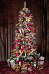 Weihnachtsbaum mit Kerzen und Geschenke