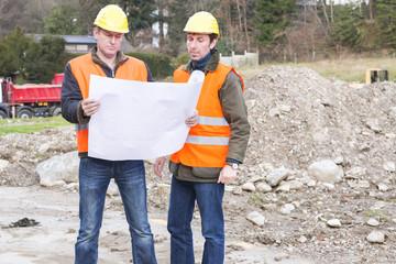 Projekt manager mit Architekt schauen Blauplan an