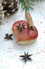 pomme en forme de cœur et épices