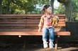 ベンチに座る少女