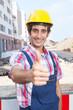 Bauarbeiter auf der Baustelle zeigt den Daumen
