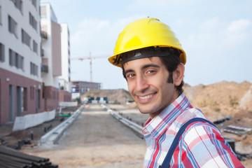 Lachender Bauarbeiter auf der Baustelle