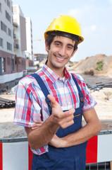 Sympathischer Bauarbeiter freut sich auf die Baustelle