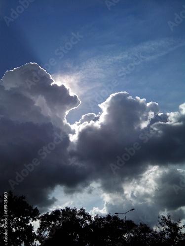 canvas print picture Sonne hinter dunklen Wolken