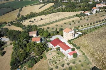 Foto aerea casa ed edificio in campagna a Ostra Vetere 2