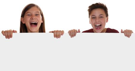 Kinder oder Teenager haben Spaß mit leerem Schild und Textfreir