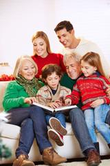 Familie beim Lesen vom Buch zu Weihnachten