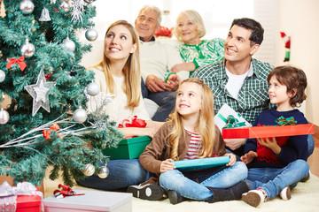 Familie schaut auf Weihnachtsbaum zu Weihnachten