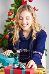 Frau verpackt Geschenke für Weihnachten