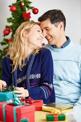 Verliebtes Paar mit Geschenken an Weihnachten