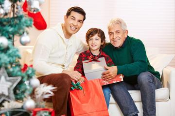 Opa schenkt Sohn und Enkel Geschenke zu Weihnachten
