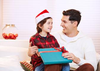 Vater und Sohn mit Geschenk zu Weihnachten
