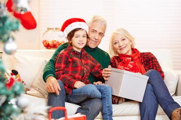 Enkel feiert Weihnachten mit Großeltern