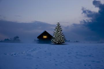 Beleuchtete Hütte im winter