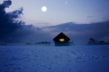 Beleuchtete Hütte bei Vollmond