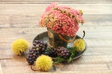 Herbstfeeling, Esskastanien, Trauben und Sedum