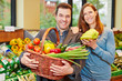 Paar im Bioladen kauft Obst und Gemüse