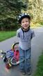 Kind mit Fahrradhelm lacht