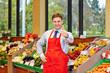 Marktleiter im Supermarkt hält Daumen hoch