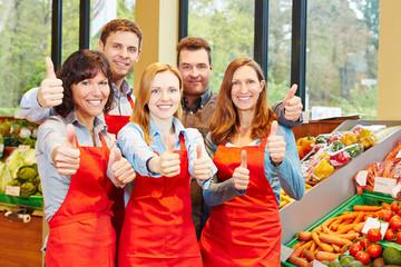 Mitarbeiter zeigen Teamwork im Supermarkt