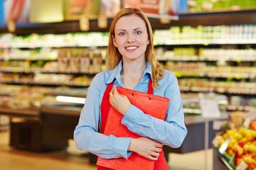 Aushilfe mit Klemmbrett im Supermarkt