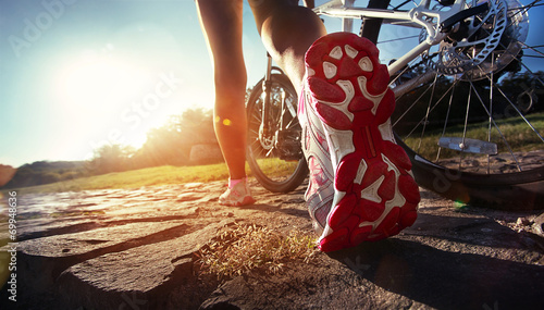 Staande foto Fietsen Athlete woman is running with her extreme mountain bike outdoors