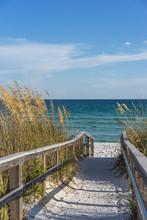 Voetpad naar het strand in het paradijs