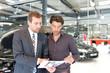 Verkaufsgespräch im Autohandel // Sales talk in the car trade - 69950283