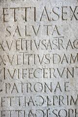 antiche iscrizioni romane su pietra