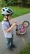 Instant - Kind mit Fahrrad findet Pilz