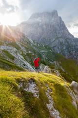 Fotografo paesaggista in alta montagna