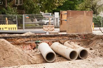 Kanalbau - Betonrohre - ein Sandstampfer und eine Verbauplatte