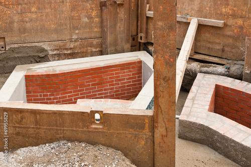 Deurstickers Tunnel Kanalbau - Neue Kanalschächte aus Beton und Mauerwerk