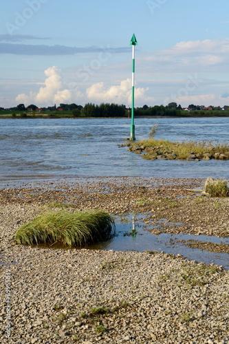Deurstickers Schifffahrtszeichen am Flussufer